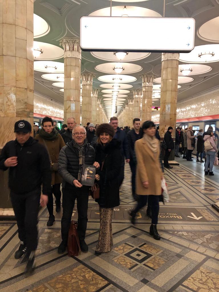 """La novela """"El Guardián del Linaje"""", en el interior del metro de Moscú, con Rafa y Silvia."""