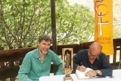 Ricardo Montés firma y dedica un ejemplar de su novela a Josep Sanjuan.