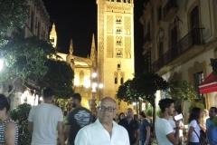 Ricardo Montés con La Giralda al fondo, en visita nocturna de la calle Mateo Gagos.