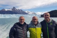 """Javier, Rafa y Joaquin Peiró posan ante el impresionante glaciar del """"Perito Moreno""""."""