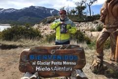 Rafa Peiró con la novela, ante el cartel anunciador de la zona del Glaciar.