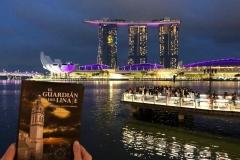 "La Novela ""El Guardián del Linaje"" ante el Hotel Marina Bay Sand de Singapur.4"