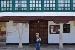 Nuria Espert posa con la novela EL GUARDIAN DEL LINAJE, ante la entrada del Corral de Comedias de Almagro.