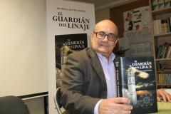 Ricardo Montés posa con un ejemplar de su Novela en el Colegio la Milagrosa.