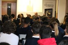 Ricardo Montés explica parte de la trama de la Novela a los alumnos del Colegio la Milagrosa de Ontinyent.