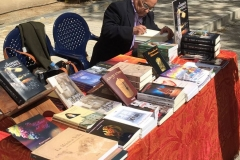 Ricardo J. Montés firmando ejemplares de la Novela
