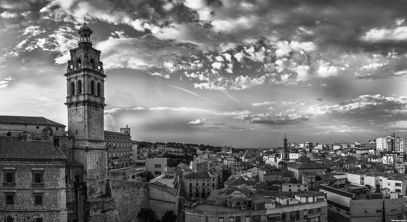 Arista Sur de la Torre Campanario de Santa María, con el campanario de San Miguel a la derecha y el de San Carlos al fondo. Foto de Toni Ureña.