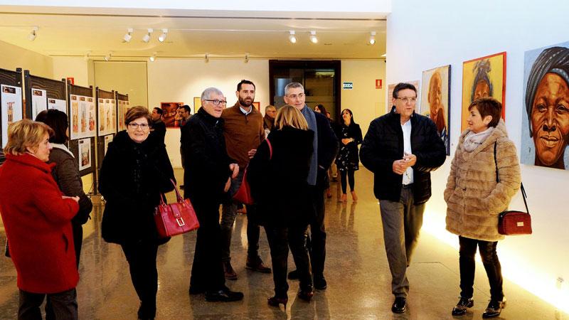 Parte del publico a su llegada al Centre Cultural Caixa Ontinyent