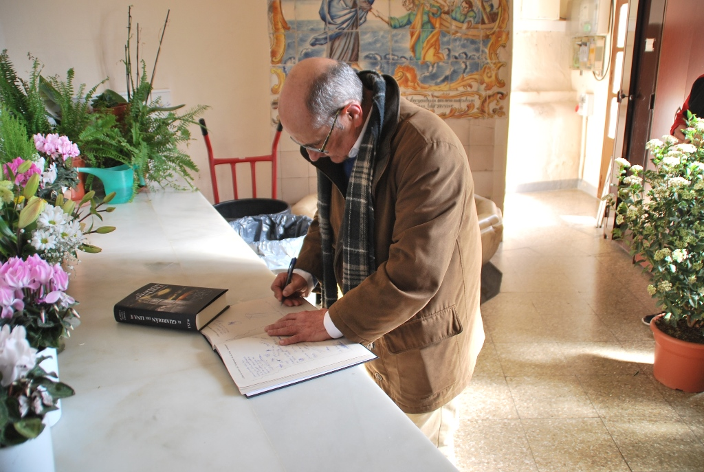 Ricardo Montés firma en el libro de visitas de la Torre Campanar.