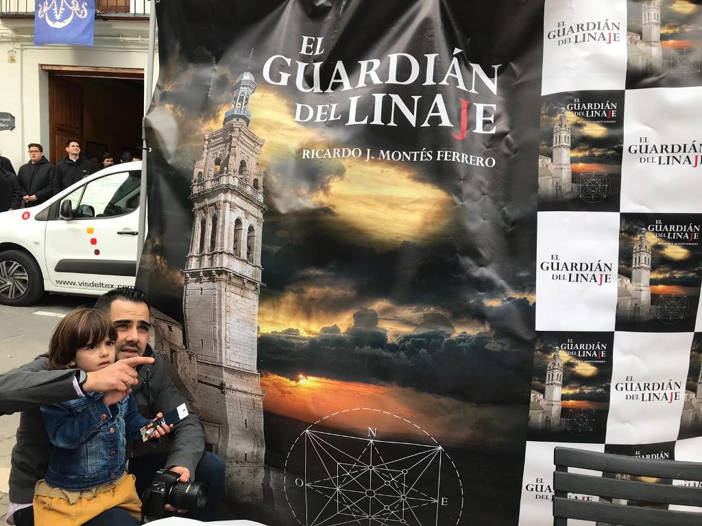 Ricardo Montés Oviedo muestra a su hija Júlia el volteo de campanas.