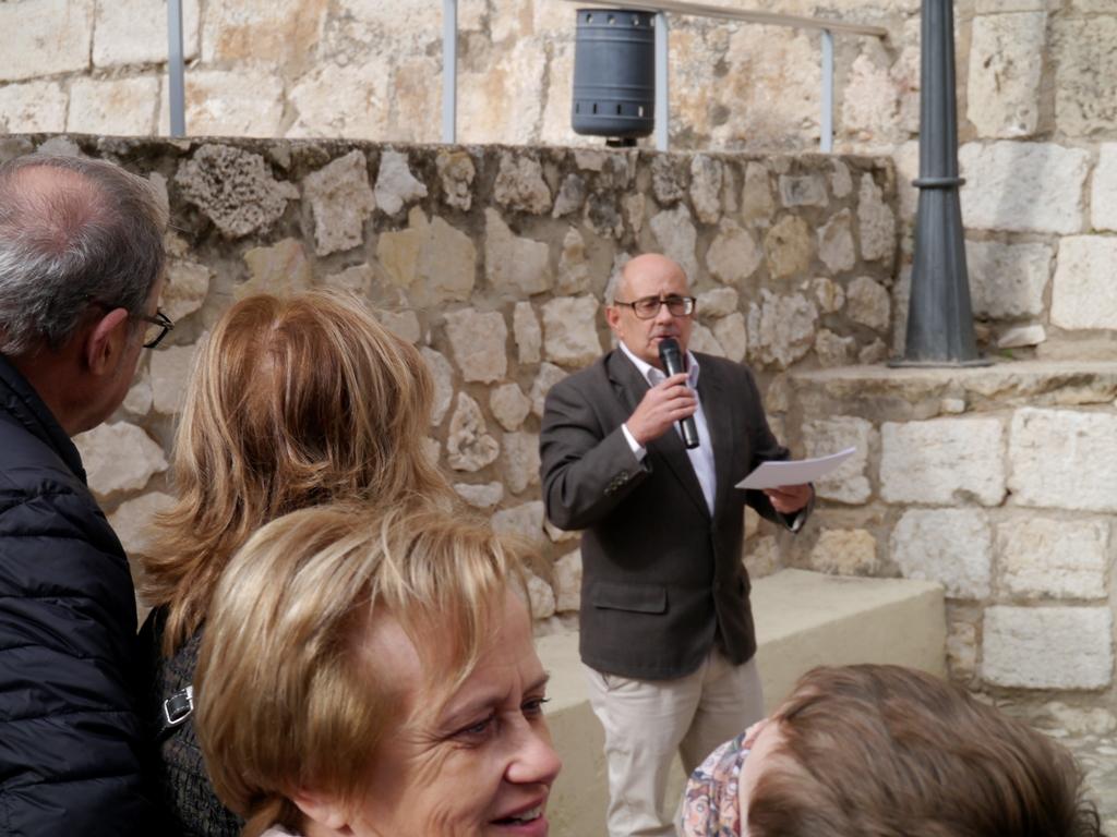 """Ricardo Montés habla a los asistentes a la Ruta de """"El Guardián del Linaje"""", desde la misma base de la Torre Campanario."""