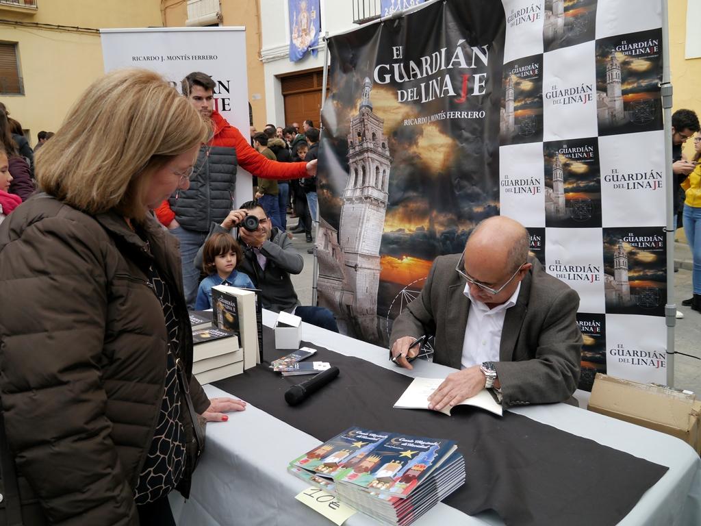 Ricardo Montés firmando novelas.