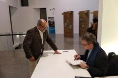"""Santiago Posteguillo firma a Ricardo Montés, un ejemplar de su novela  """"Yo Julia""""."""