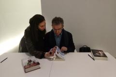 """La escritora Mara Mollá entrega a Santiago Posteguillo un ejemplar de su novela titulada """"La Perla Azul""""."""