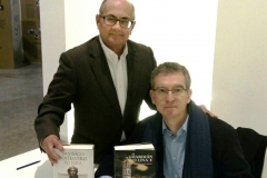 Ricardo Montés y Santiago Posteguillo, posan con sus respectivas novelas en el Centre Cultural de Caixa Ontinyent. 8-2-19