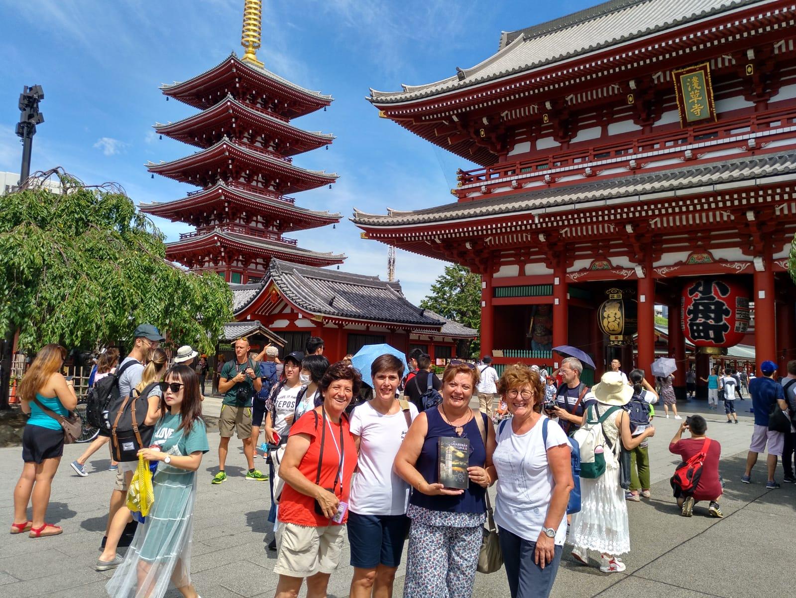 En la fotografía Ana, Inma, Montse y Pilar, posan con la novela a las puertas del Templo Sensoji, construido en el año 648, el más antiguo de Japón.