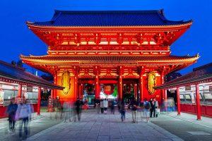 Vista nocturna del Templo Sensoji, Tokio, (Japón). Construido en el año 648.