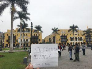 El Guardián del Linaje, presente en Lima. Detrás, el Palacio Municipal.