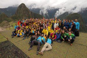 Integrantes de la Ruta Inti 2018. Al fondo el Macdu Picchu, de 2430 metros de altitud.