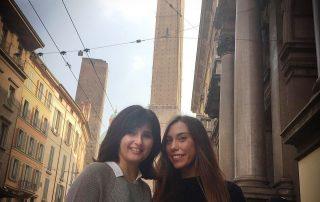 El Guardián del Linaje en Bolonia con Cristina y Esperanza, delante las las Torres Garisenda y Asinelli.