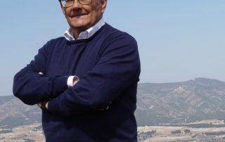 Ricardo Montés, en una fotografía tomada desde el Alt de Ponse, con la ermita de Sant Esteve al fondo.