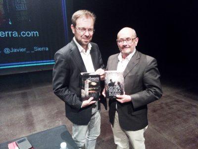 Javier Sierra y Ricardo Montes, posan con sus respectivas novelas intercambiadas.