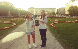 """Marta Montés y Alice Tesch con la novela """"El Guardian del Linaje"""" en los jardines de MIrabell de Saltzburgo"""